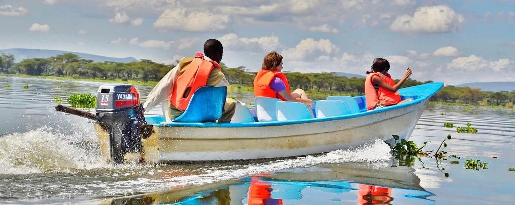 Plavba lodí po jezeře je příjemným zážitkem
