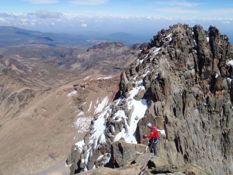 Výstup na Mt. Kenya může nabídnout vysokohorskou turistiku nebo i klasické lezení
